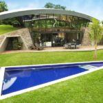 35 ideas de diseño con césped en piscinas, patios y jardines